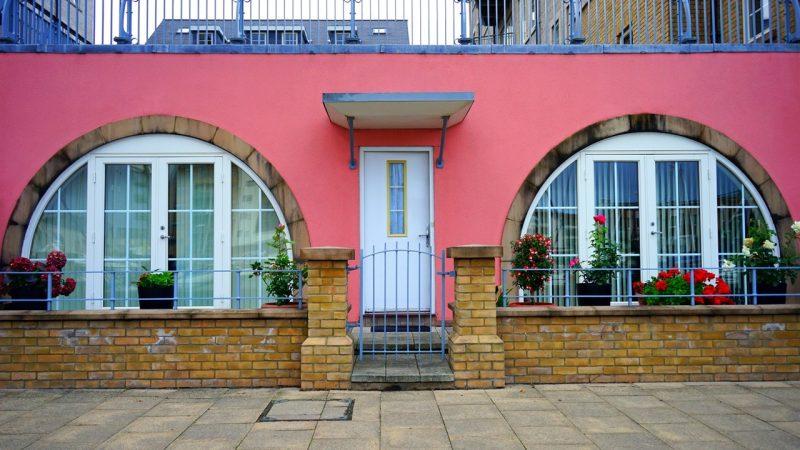 דלתות כניסה מעוצבות המשלבות חלונות מעוצבים